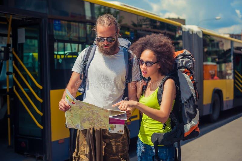 Couples de voyage de l'Europe regardant la carte touristique à Belgrade photographie stock libre de droits