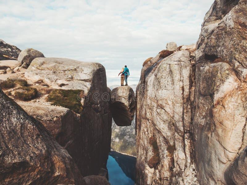 Couples de voyage en voyage romantique de Kjeragbolten en Norvège photos stock