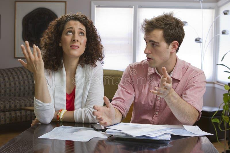 Couples dealling avec des factures, horizontales photographie stock