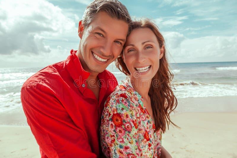 Couples debout de mer photographie stock