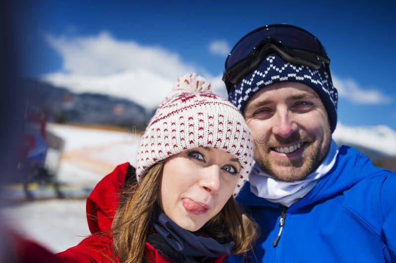 Couples dehors en nature d'hiver photo libre de droits