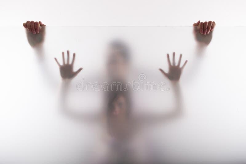 Couples derrière la fenêtre image libre de droits