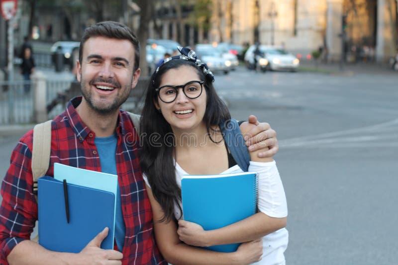 Couples des étudiants sur la rue images stock