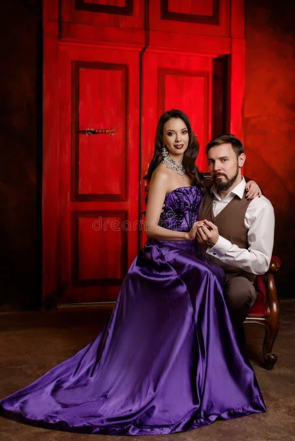 Couples des acteurs dans le vestiaire images stock