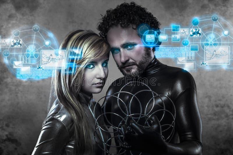 Couples des amants futuristes, dans la robe de latex. Noir et argent images libres de droits