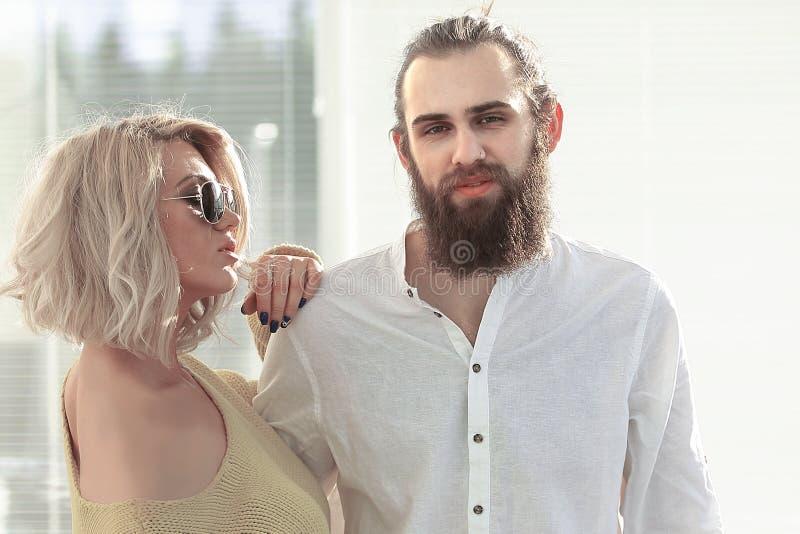 Couples des couturiers dans un studio créatif Photo avec l'espace de copie image stock