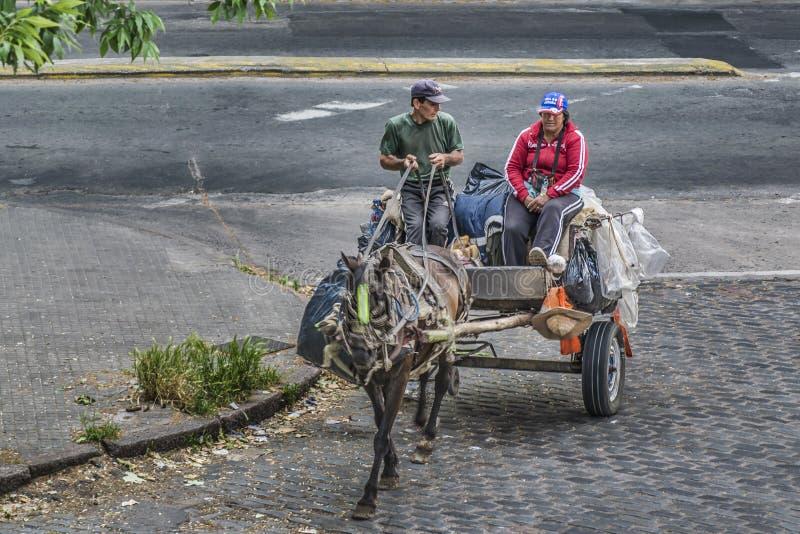 Couples des extracteurs dans la vue courbe de chariot photo stock