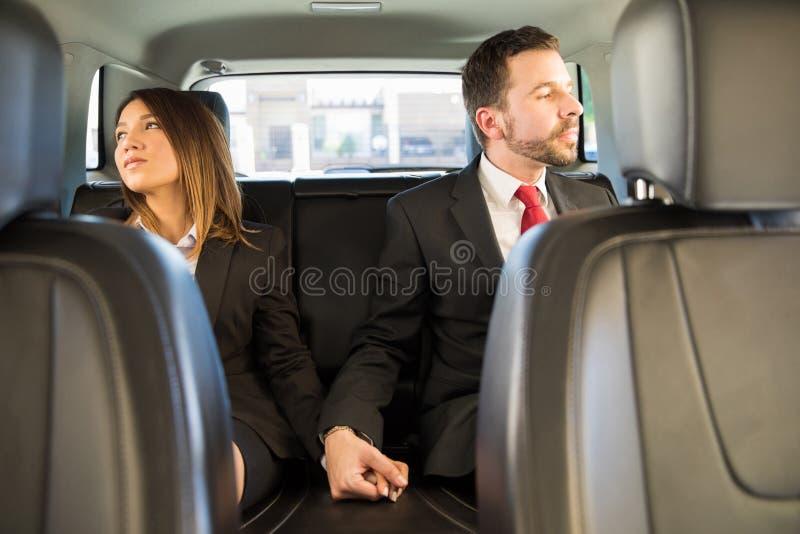 Couples des hommes d'affaires tenant des mains photos libres de droits