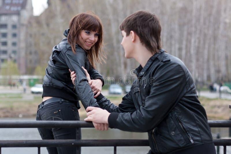 Couples des jeunes ayant l'amusement images stock
