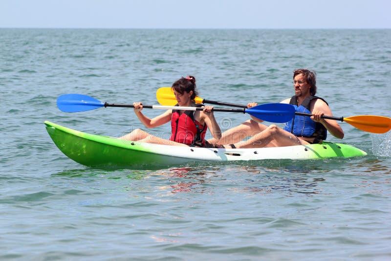 Couples des kayakers ramant en eau de mer photo libre de droits