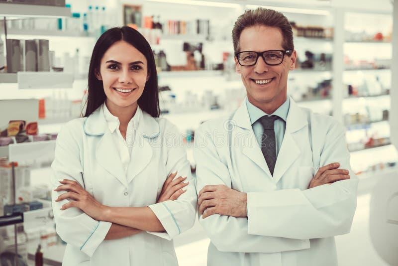 Couples des pharmaciens photo stock