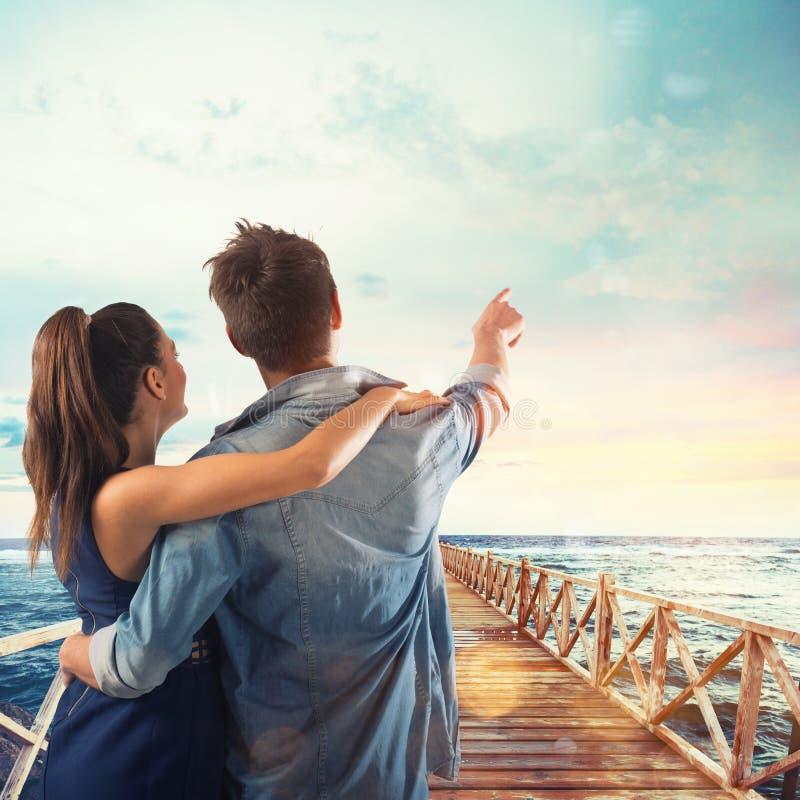 Couples des points d'amants au ciel photographie stock