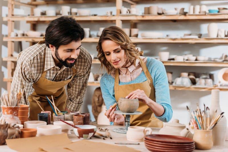 couples des potiers décorant la cuvette en céramique photos stock