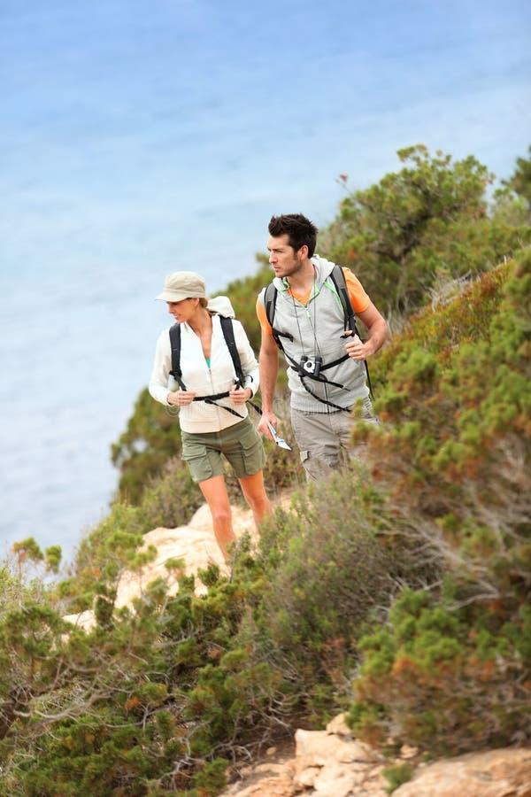 Couples des randonneurs lors d'une visite de voyage photos stock