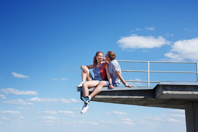 Couples des roofers dans l'amour photographie stock