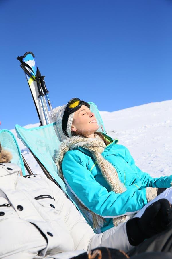Couples des skieurs se reposant sur les pentes image stock
