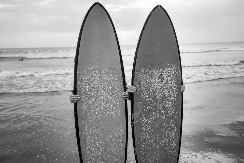 Couples des surfers derrière les planches de surf images libres de droits