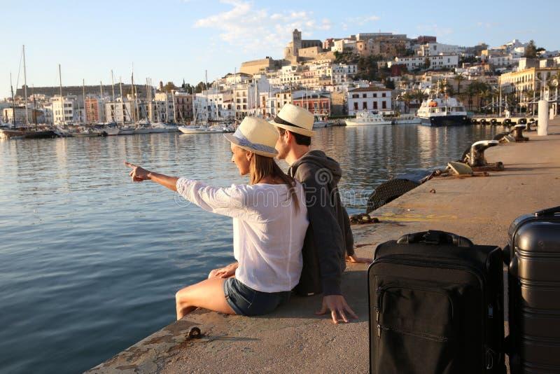 Couples des touristes à la vue admirative de coucher du soleil photographie stock libre de droits