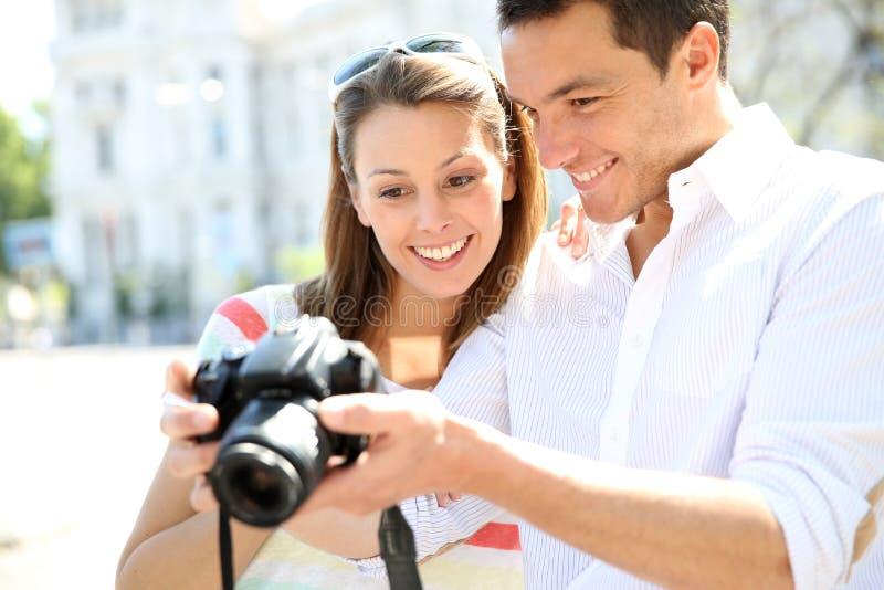 Couples des touristes employant l'appareil-photo de photo images stock