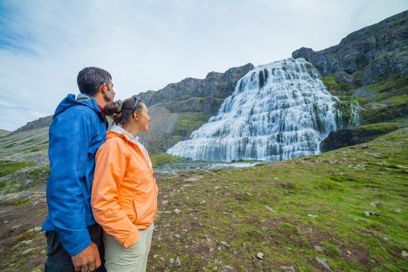 Couples des touristes et du Dynjandi. Islande images libres de droits
