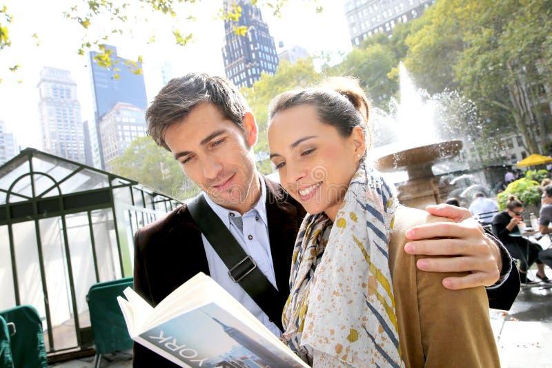 Couples des touristes visitant le nouveau yorkv avec le guide images libres de droits