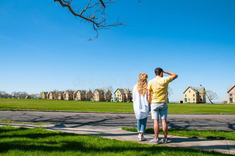 Couples des touristes visitant le pays à l'aire de loisirs de ressortissant de passage images stock