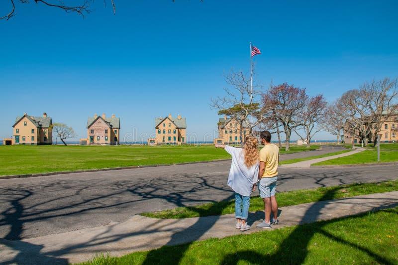 Couples des touristes visitant le pays à l'aire de loisirs de ressortissant de passage photo stock