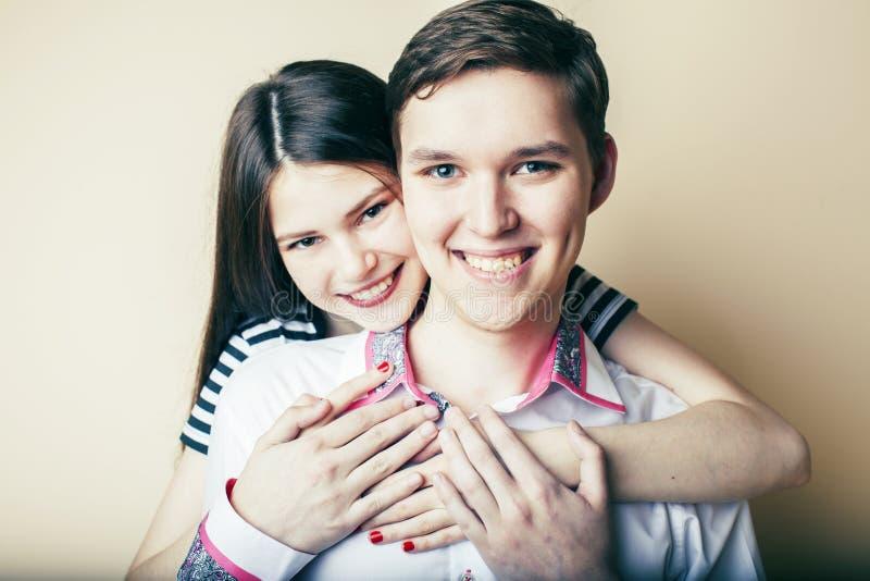 Couples des ?tudiants de sourire heureux d'adolescents, des couleurs chaudes ayant un baiser, du concept de personnes de mode de  images stock