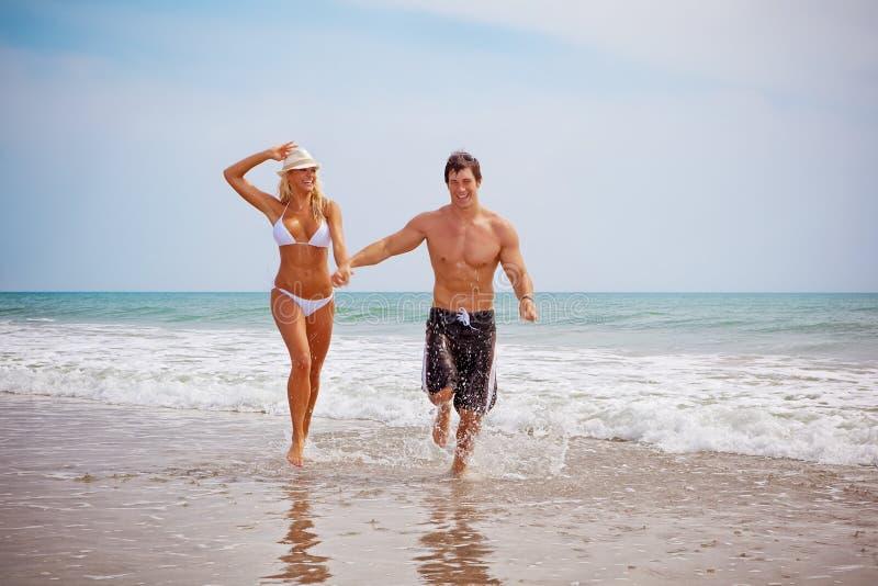 Couples des vacances à la plage photos libres de droits