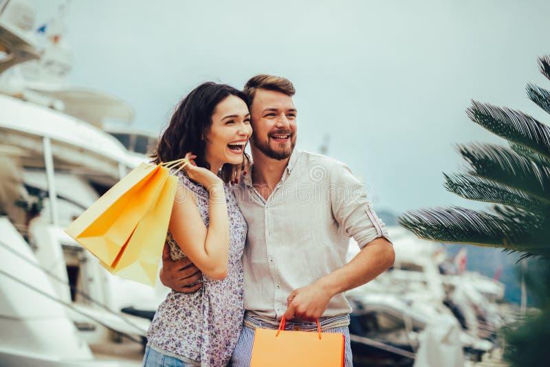 Couples des vacances appréciant le voyage et l'achat images libres de droits