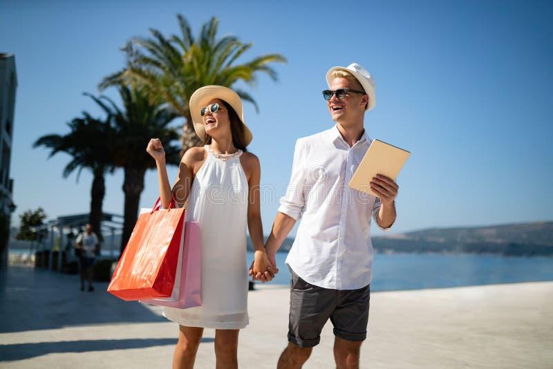 Couples des vacances d'été appréciant le voyage et l'achat photo libre de droits