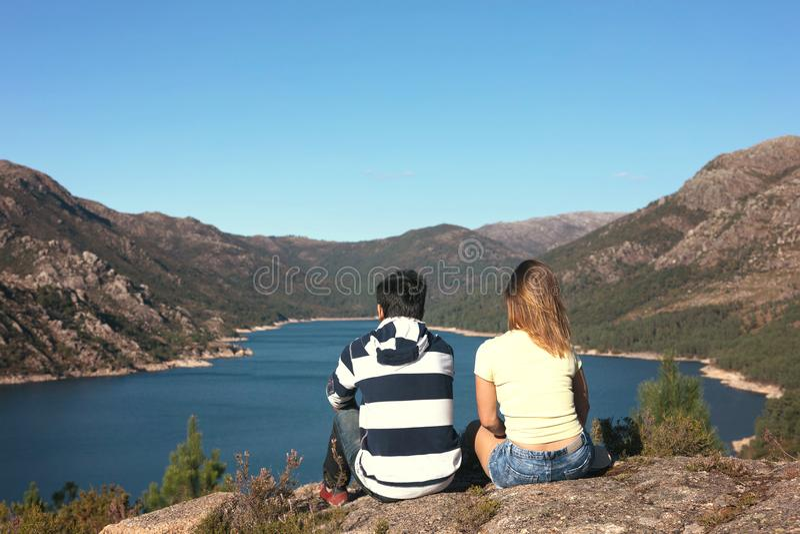 Couples des vacances dans les montagnes photographie stock libre de droits