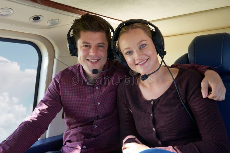 Couples des vacances faisant le tour en hélicoptère photographie stock libre de droits