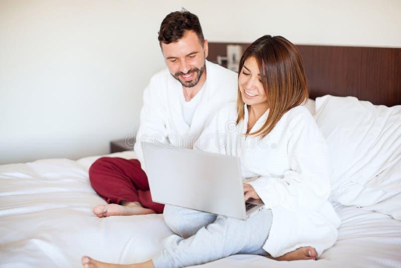 Couples des vacances utilisant un ordinateur portable photos stock