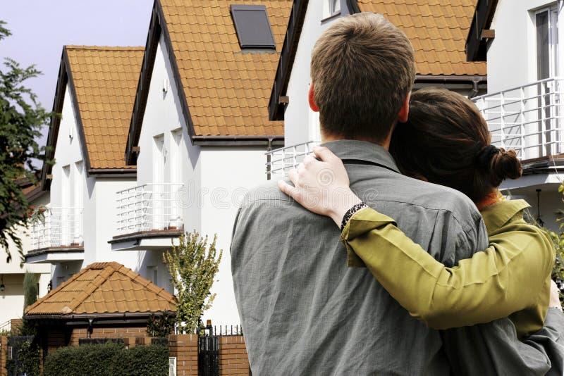 Couples devant la maison photo stock
