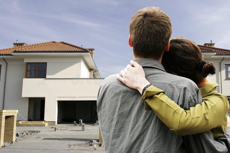 Couples devant la maison photos stock