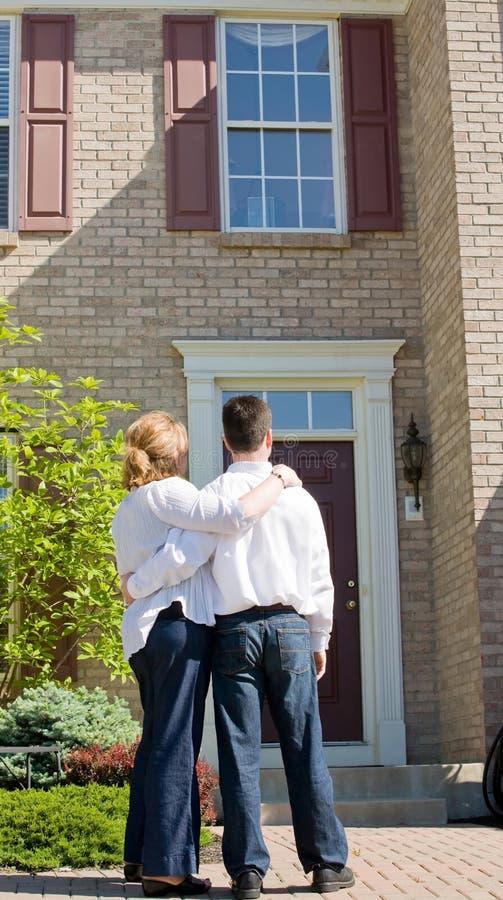 Couples devant la maison photographie stock