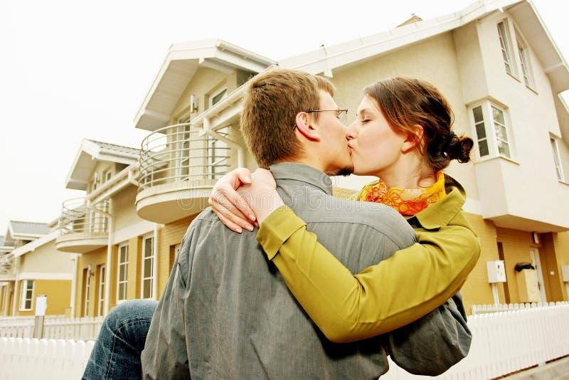 Couples devant la maison unifamiliale photo libre de droits