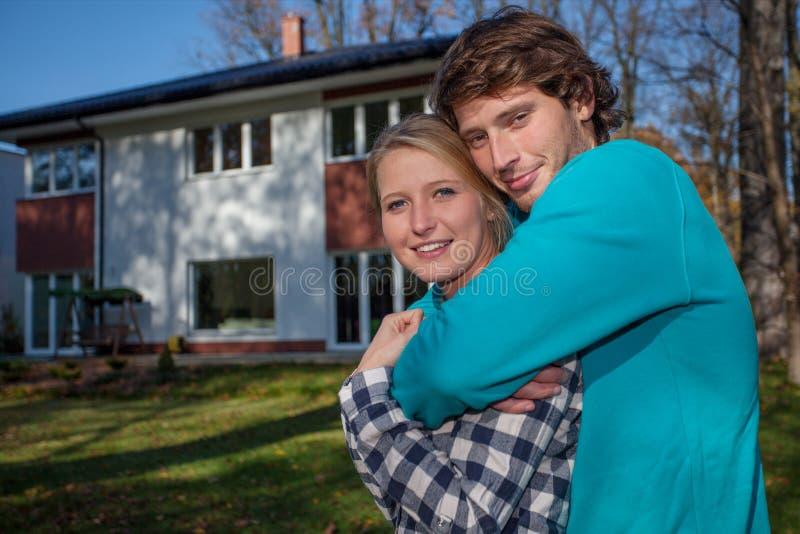 Couples devant la nouvelle maison photos stock