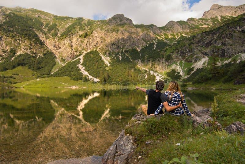 Couples devant le lac/couples dans l'amour se tenant devant des montagnes et le lac de Bavière, Allemagne photos stock