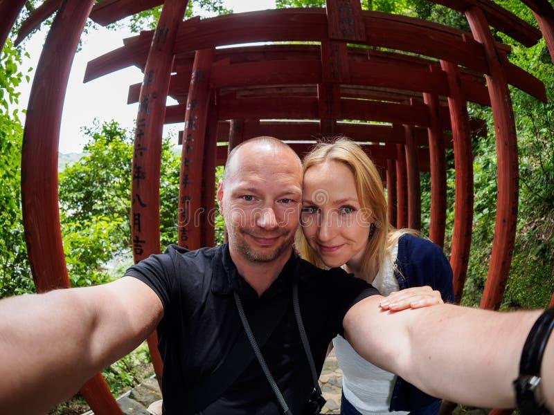 Couples devant le torii dans Kashima photographie stock libre de droits