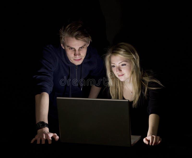 Couples devant un ordinateur images stock
