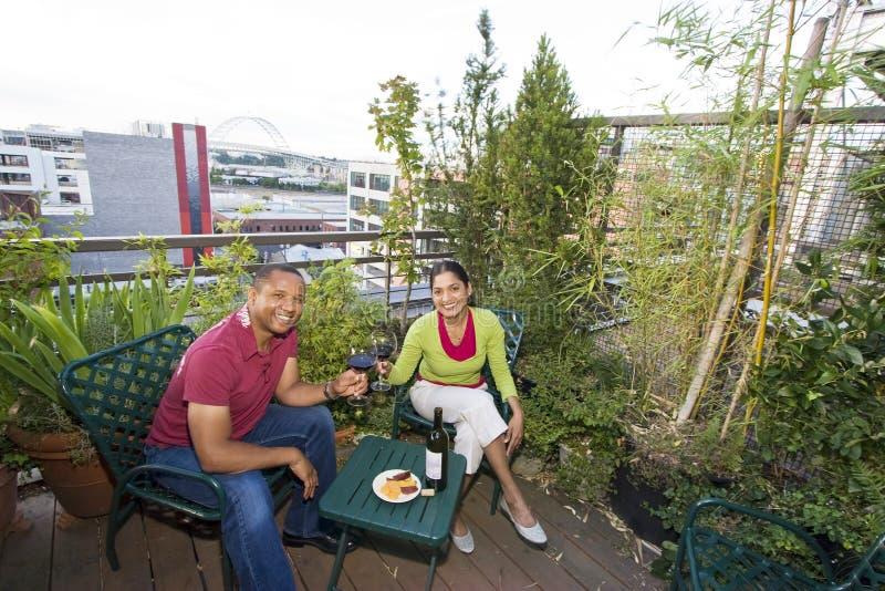 Couples dinant à l'extérieur photographie stock libre de droits