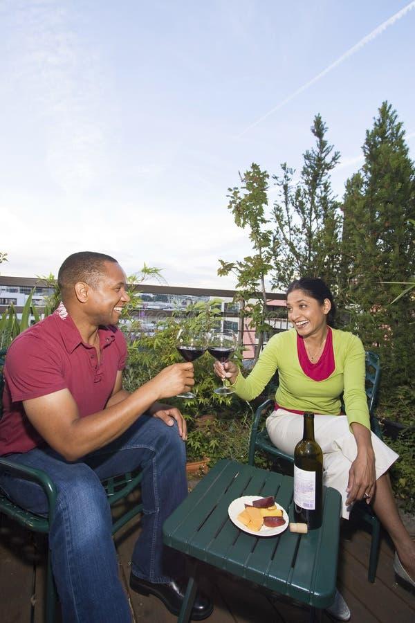 Couples dinant à l'extérieur photos stock