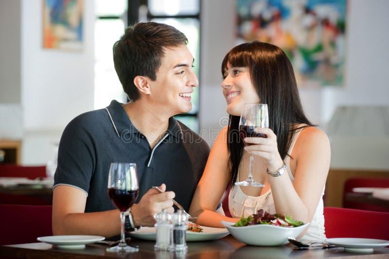 Couples dinant ensemble images libres de droits
