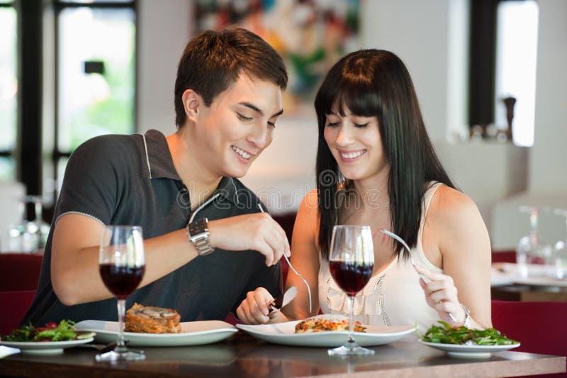 Couples dinant ensemble photos stock