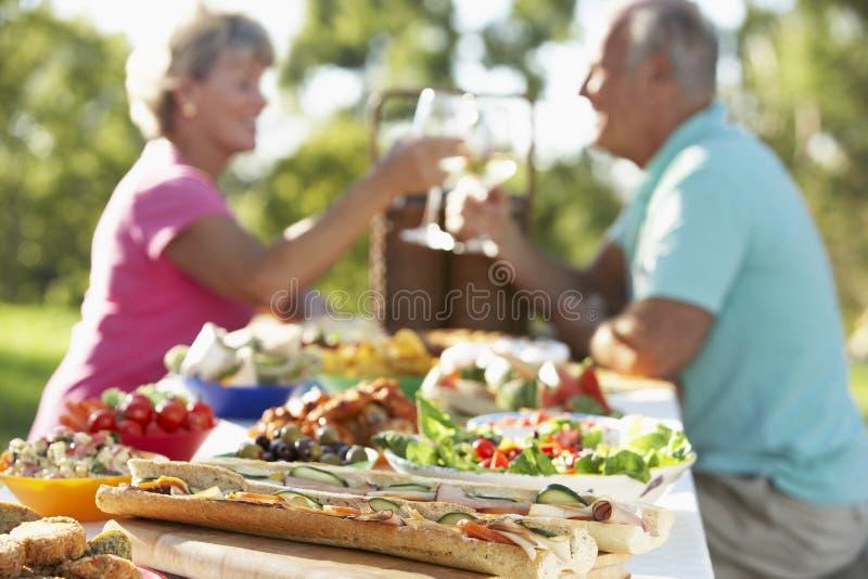 Couples dinant le fresque d'Al, se grillant image libre de droits