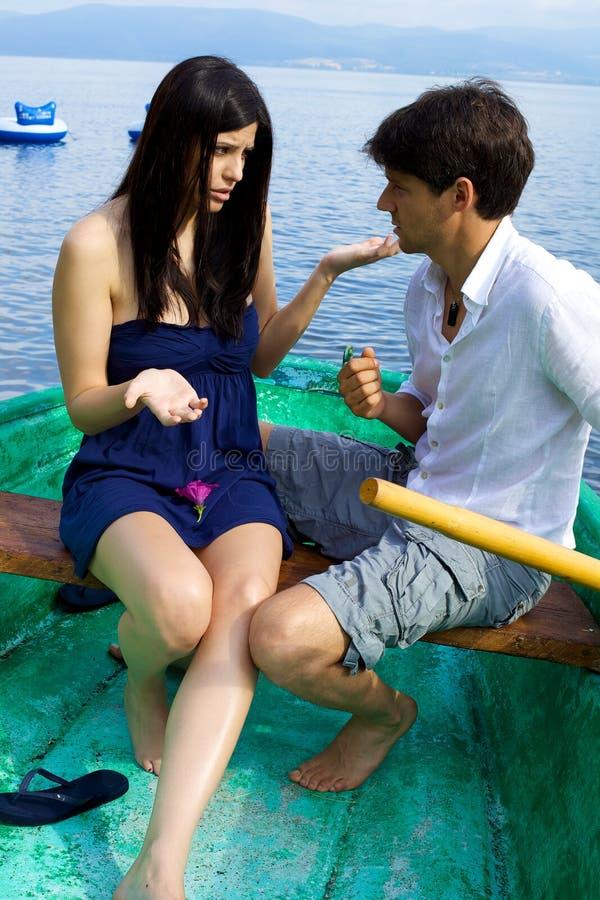 Couples discutant dans les vacances photographie stock
