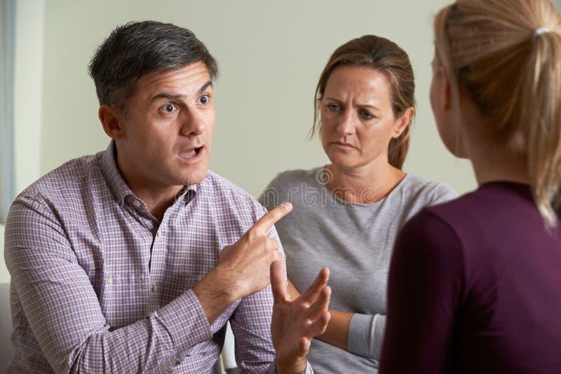 Couples discutant des problèmes avec le conseiller de relations photos stock