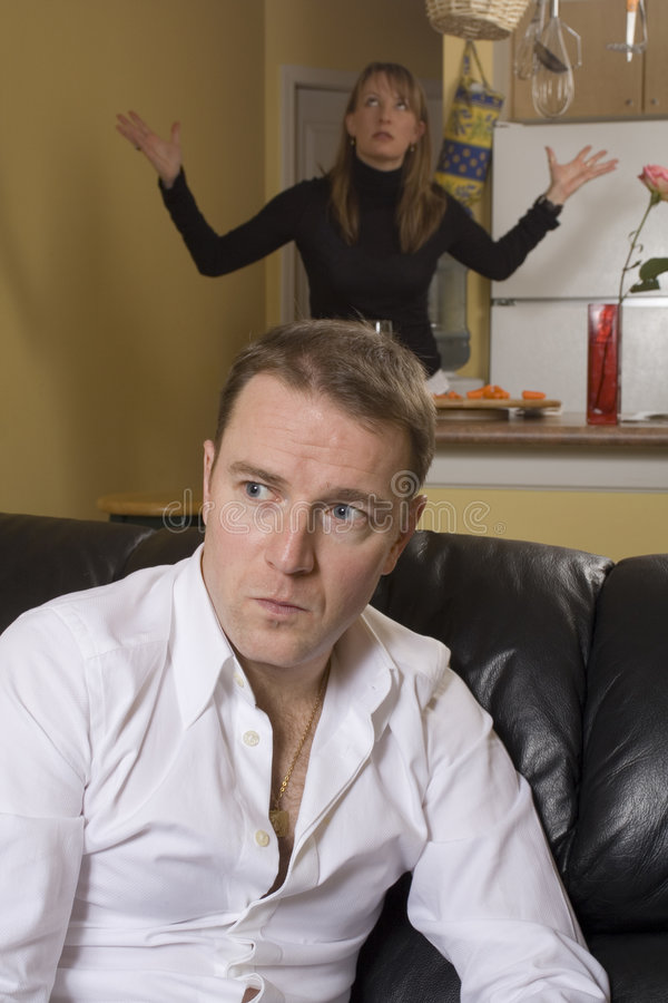 Couples discutant en appartement photos libres de droits